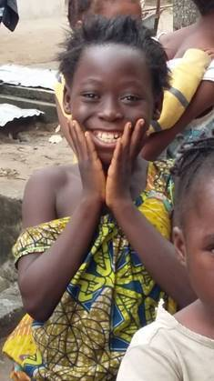 Ein Bild, das Person, draußen, Kind, jung enthält.  Automatisch generierte Beschreibung